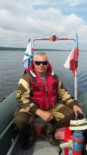 Спасатель/инструктор Андрей Рапоста на катере в Карелии.