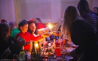 Бенгальские огни за Новогодним столом